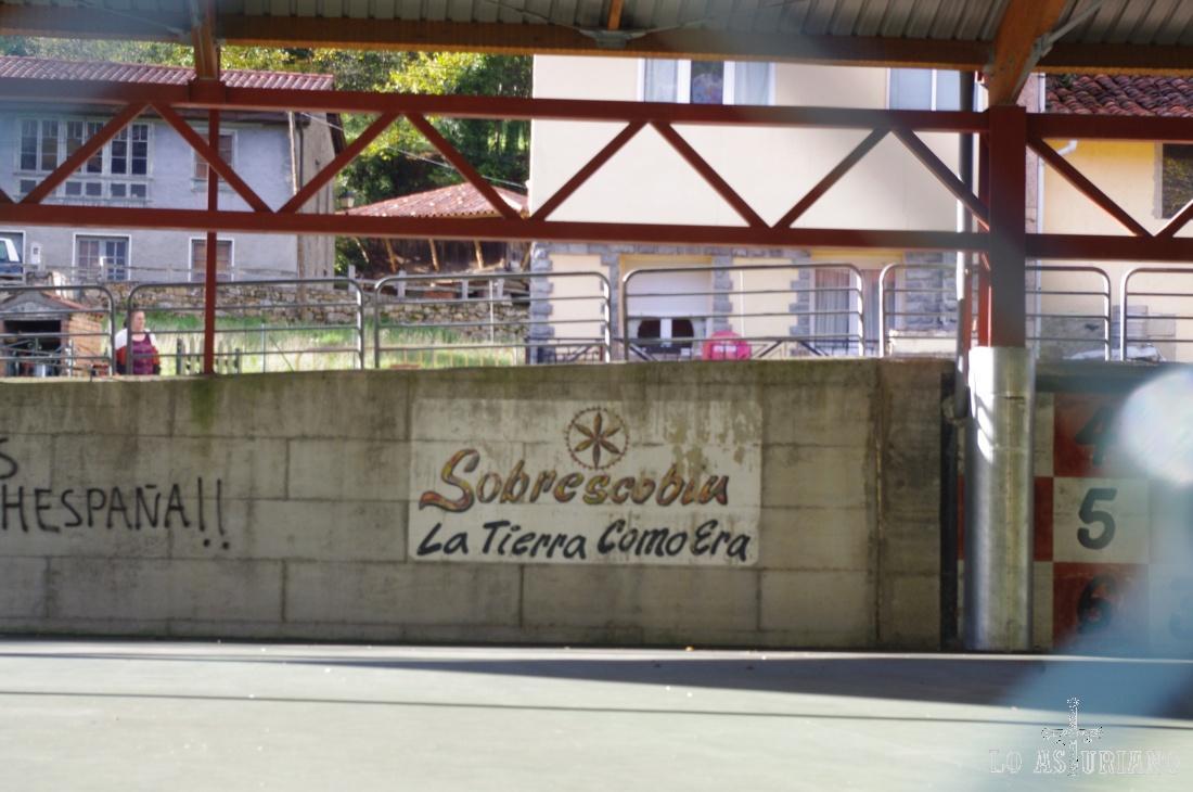 El discutidísimo polideportivo de Soto de Agües: gigante, grande, con mucho cemento..., en un idílico y pequeñito pueblo de montaña de piedra y madera...