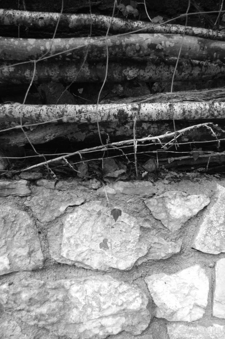 Muro de madera y piedra.