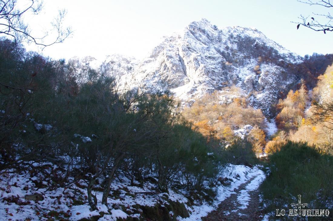 A 2000 msnm y limitando con León, la Peña del Viento.