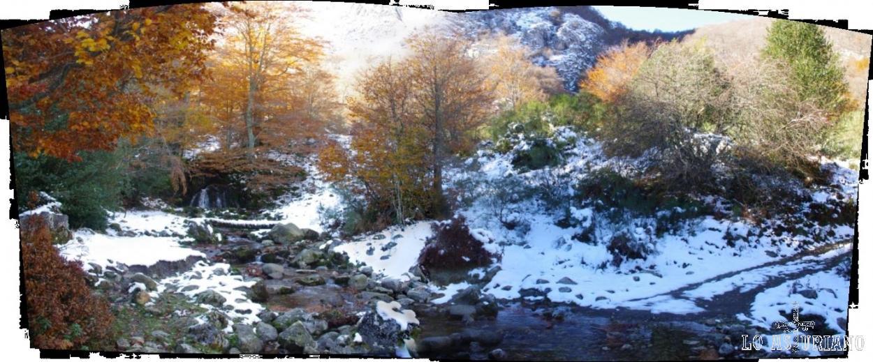 Debemos de cruzar el río Monasterio, antes de seguir subiendo. Lo haremos por el puentecito de madera que ves al fondo, delante de la cascada.