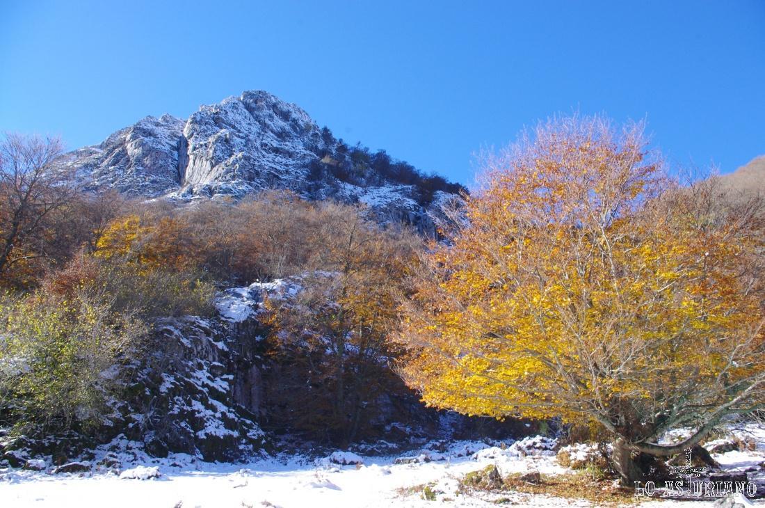 La majada de Valdebezón está acomodada entre la peña del Viento y las cumbres que conforman el límite de Asturias con León: Rapaona, Páramo y las Hazas.