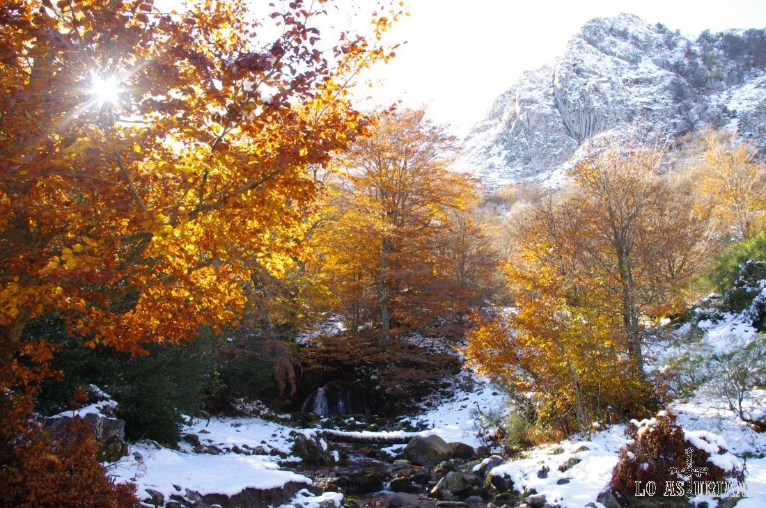 De nuevo la pequeña cascada del Monasterio y la Peña del Viento.