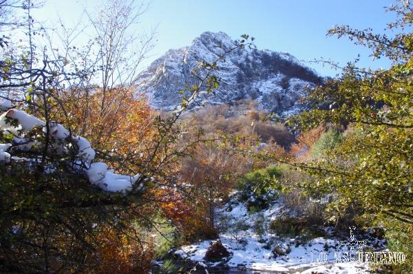 La Peña del Viento es la preciosa cumbre que tenemos como referencia durante toda la ruta. De hecho, el río Monasterio nace en sus laderas.