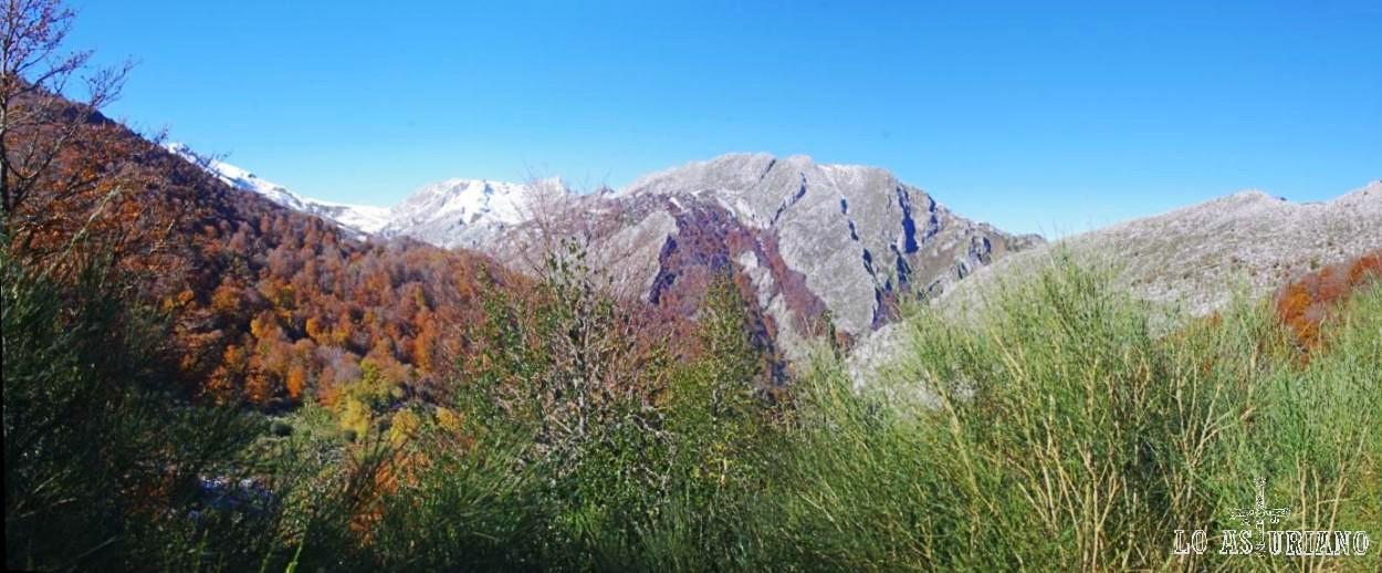A la izquierda, el bosque de Redes. En medio, la sierra de Brañapuñueli, que está en frente del tunel del Crespón, que cruzaremos bajando hacia Bezanes.