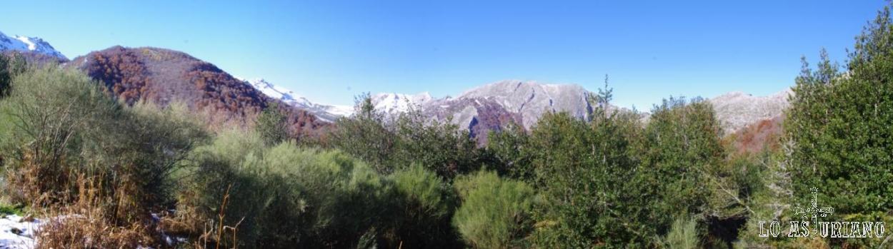De izquierda a derecha: monte Reres (Redes), Pico Berezosu (nevado), Pico Palocera (nevado) y sierra de Brañapuñueli (tonos grises).