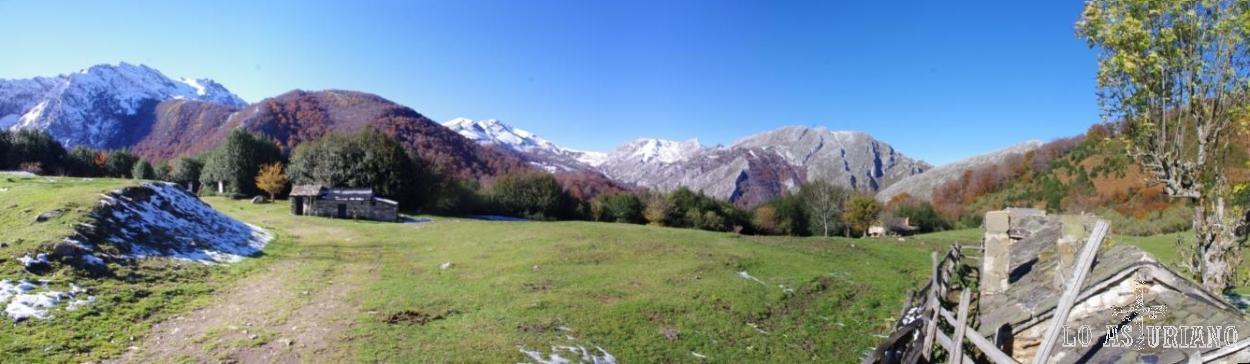 Las principales cimas del valle del río Monasterio, desde Brañagallones. De izquierda a derecha: Peña el Viento (nevada), monte Redes, Corteguerón, Brañapiñueli (gris), laderas del Canto el Oso.