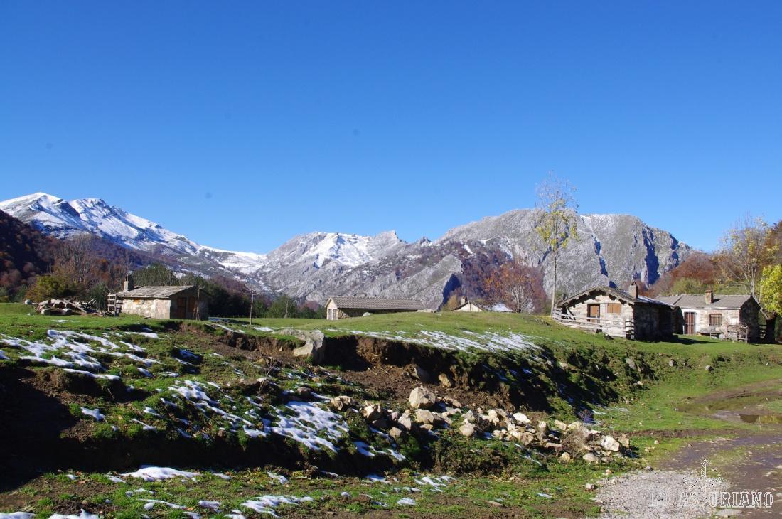La preciosa Vega de Brañagallones. Al fondo, a la derecha el Brañapiñueli y en el extremo de la izquierta, el Corteguerón, 1884 msnm, nevado.