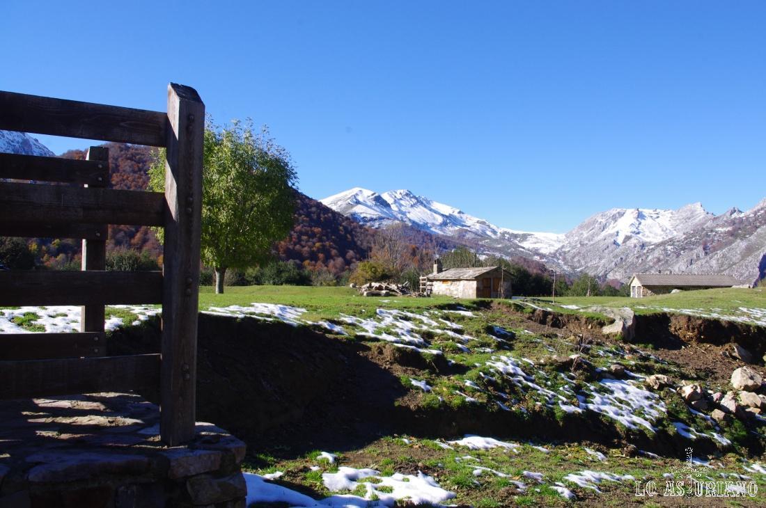 Las cimas nevadas son: a la izquierda, el Corteguerón (1884 msnm), y a su derecha, juntos el Berezosu (1709 msnm) y el Palocera (1706 msnm).