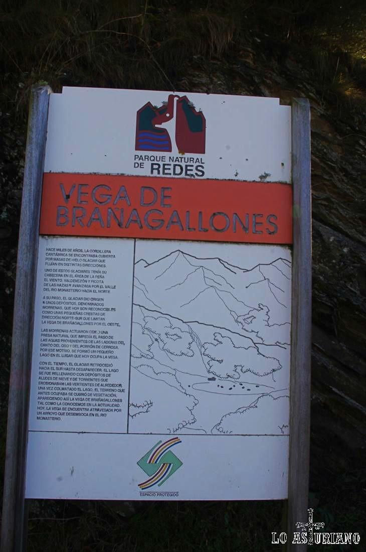"""Letrero explicativo a la entrada de la Vega de Brañagallones. El término """"Brañagallones"""", se divide en """"braña"""" y """"gallones""""; la palabra """"gallones"""" es alusiva a los """"gallos grandes"""" o """"urogallos"""", que poblaban en abundancia la zona en otras épocas."""