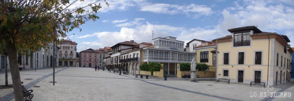 Plaza de la Colegiata de Pravia. A la derecha, la estatua del rey Silo.