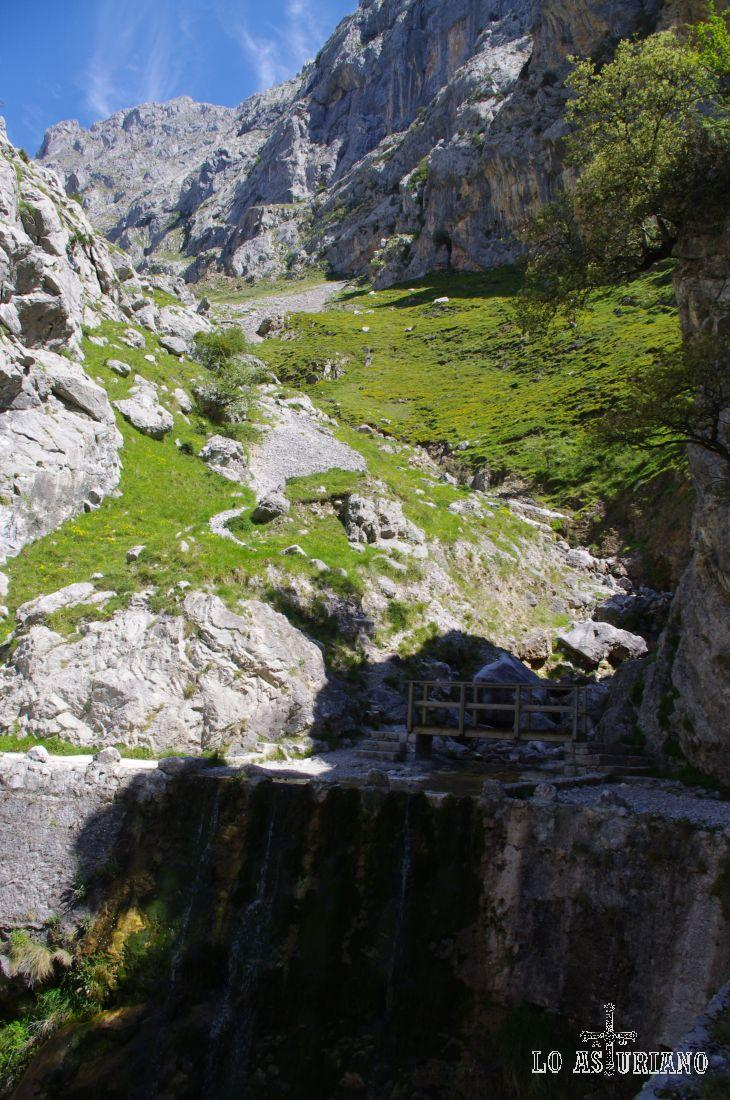 Uno de los varios canales que tiene esta ruta. Si coge un día de calor, éste es precisamente el mejor sitio con sombra, con agua fresca y con sitio para sentarse cómodamente.