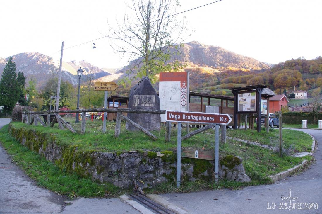 Al lado del parking, donde hemos aparcado, la pancarta que indica la dirección y el kilometraje hasta la Vega de Brañagallones.