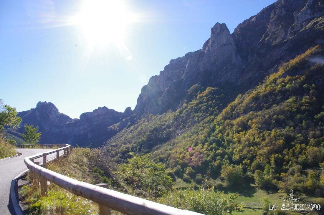 Subiendo por el puerto de La Farrapona, que ha sido incluso fin de etapa de la Vuelta ciclista a España.
