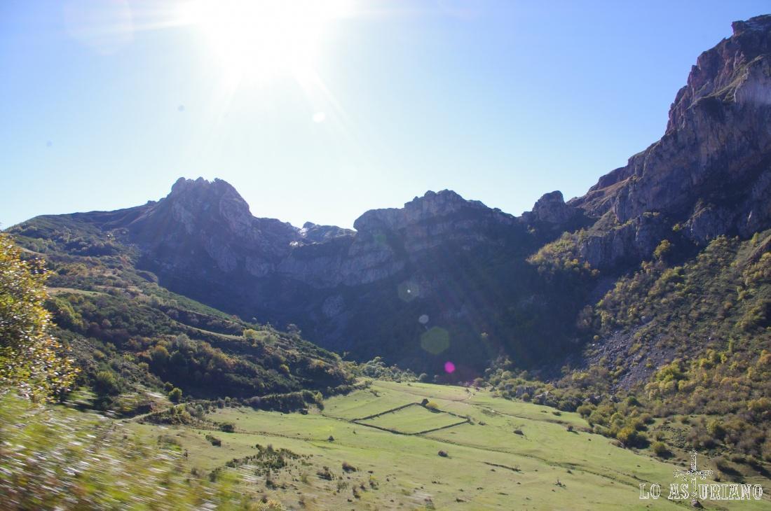 Al fondo, el alto de La Farrapona.