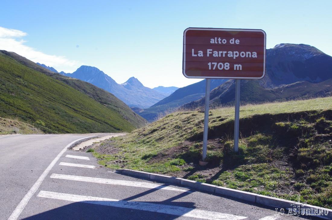 Parking en el Alto de la Farrapona, desde el lado asturiano.