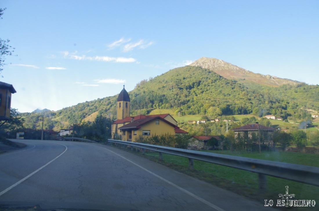 Iglesia al borde de la carretera en el concejo de Belmonte de Miranda.