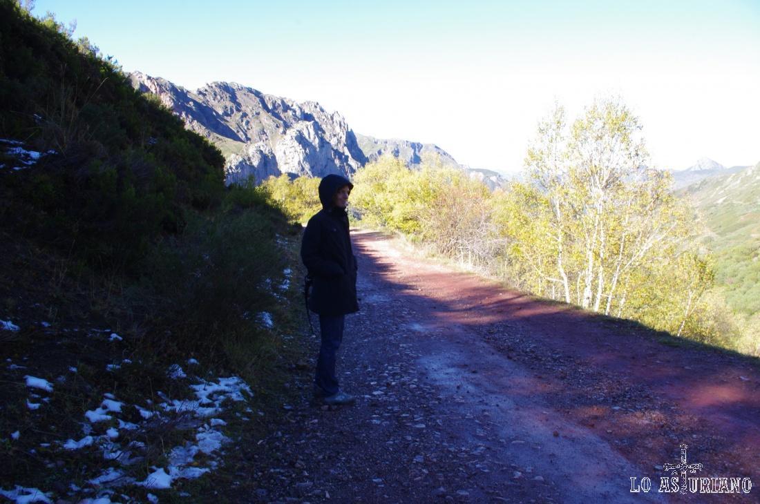 El camino presenta tonos rojizos, debido al arrastre de mineral de hierro (oligisto).