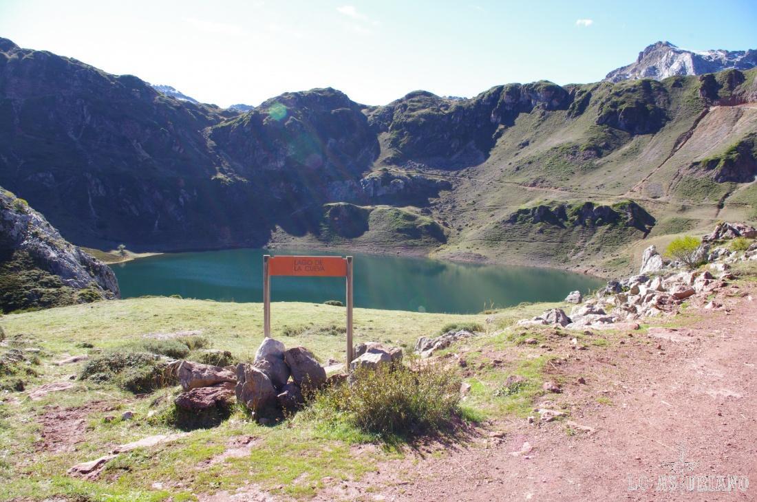 El bonito lago de la Cueva, parece estar en el cuenco que forman las laderas de las montañas que lo rodean.