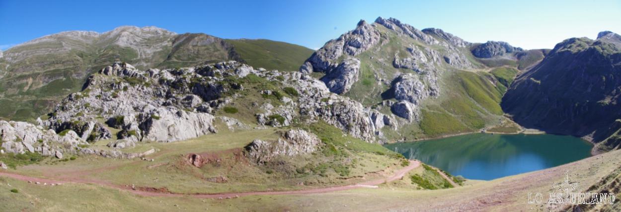 A la derecha el bonito lago de la Cueva y a la izquierda, al fondo, los Puertos de la Farrapona.