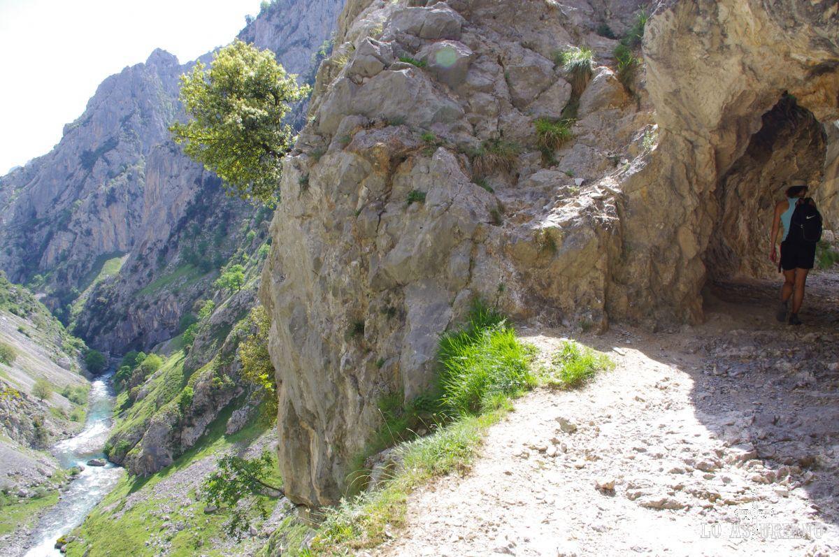 Túneles excavados en las rocas de las murallas rocosas del Cares.