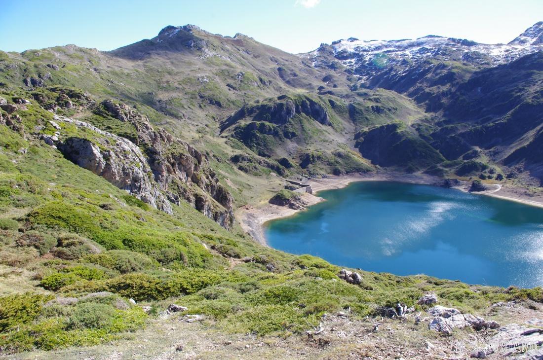 Lago de Calabazosa; en la parte central de la ladera, podemos adivinar la majada de Calabazosa, que también recoge agua en pequeñas lagunas.