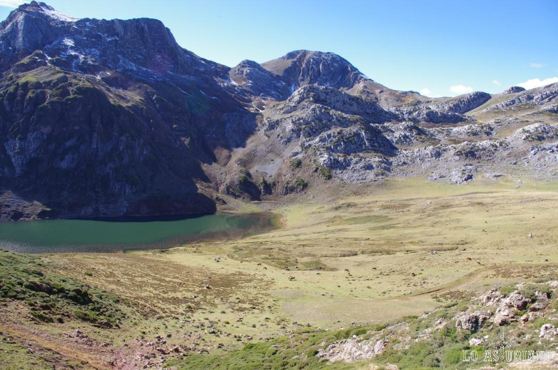 Vamos alejándonos ya del lago de Cerveiriz, buscando dar la vuelta a estas cumbres, por las colladas del fondo.