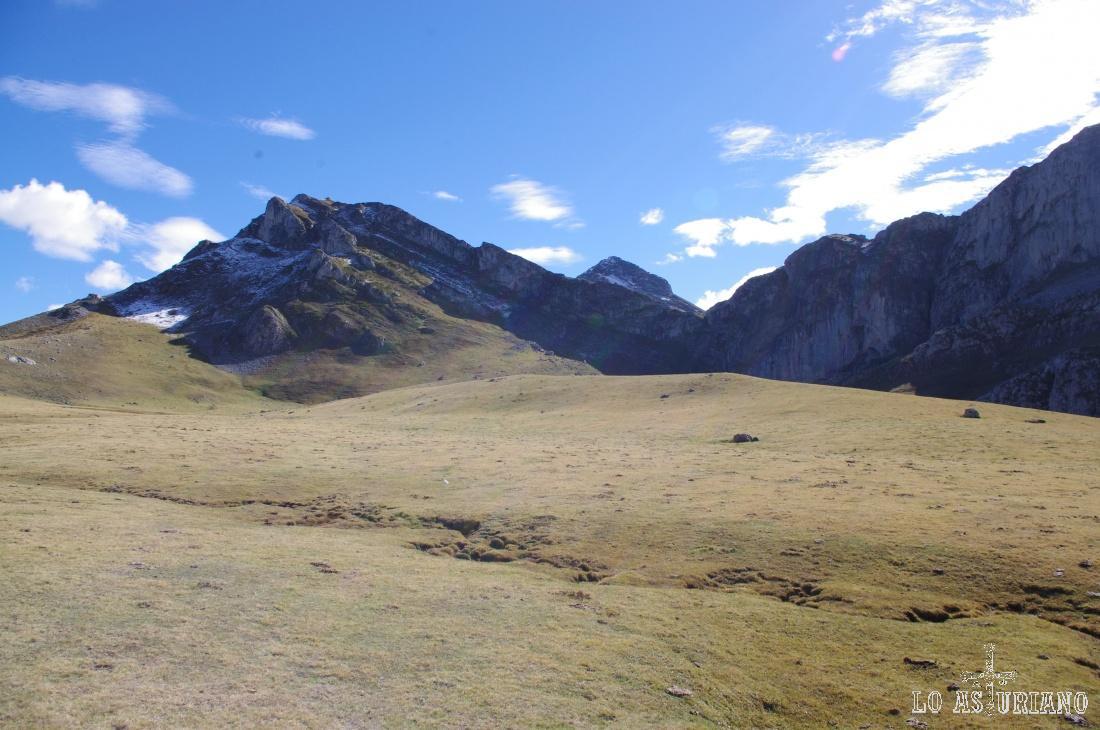 Pico de los Pozos y la ladera de las Divisas.