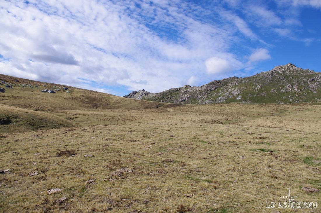 A la derecha, al fondo, el cordal del Tarambicu, que tiene ya vistas al Valle del Lago.