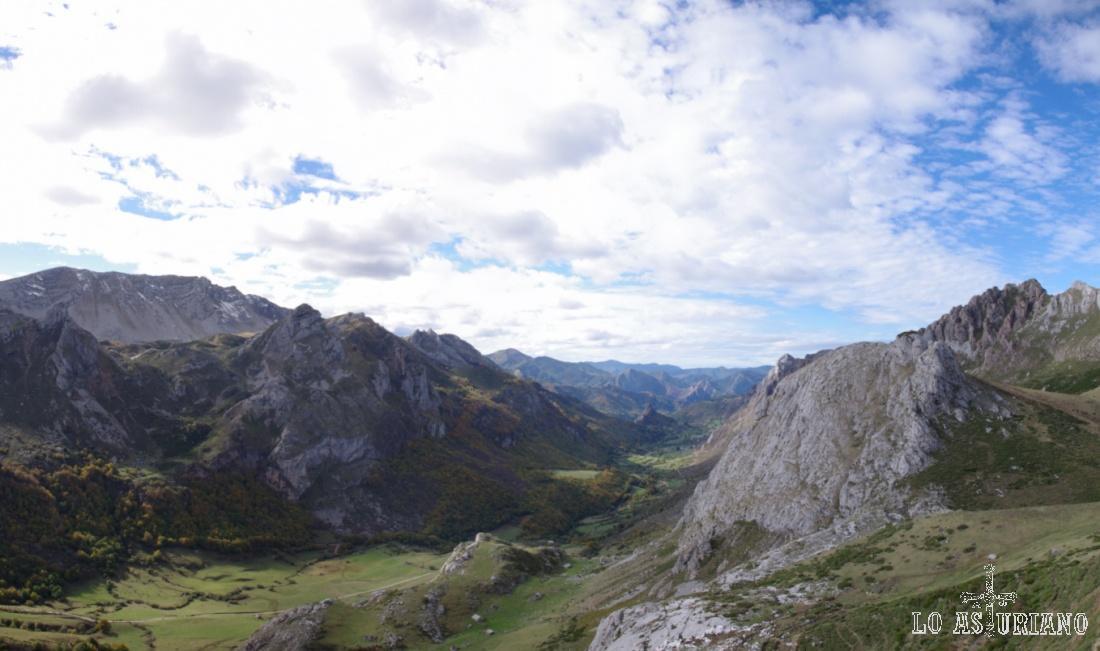 A la izquierda, Peña Chana y a la derecha, en primer término, La Minga y al fondo el Tarambicu. En medio, el Valle del Lago.
