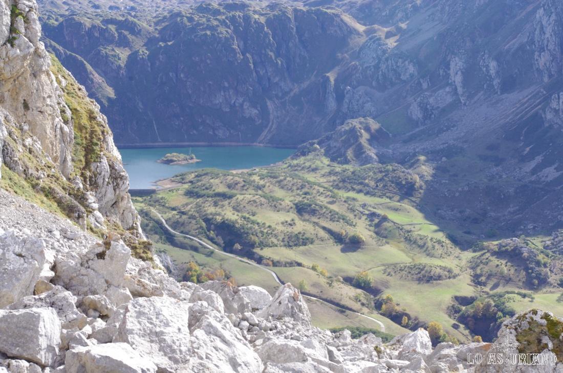 Tenemos ya las vistas del Lago del Valle, con su característica isleta en medio.
