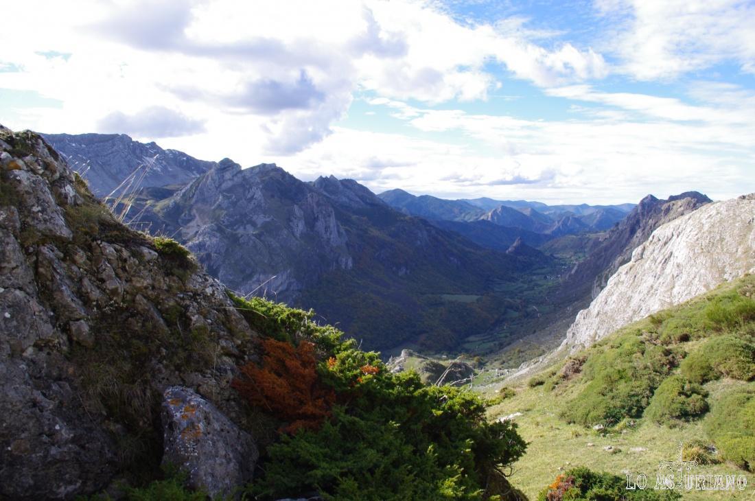 A la izquierda, al fondo, Peña Chana, de 2068 msnm.