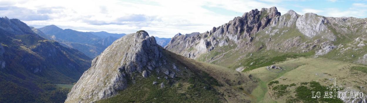 Peña La Minga, 1754 msnm, en primer plano.