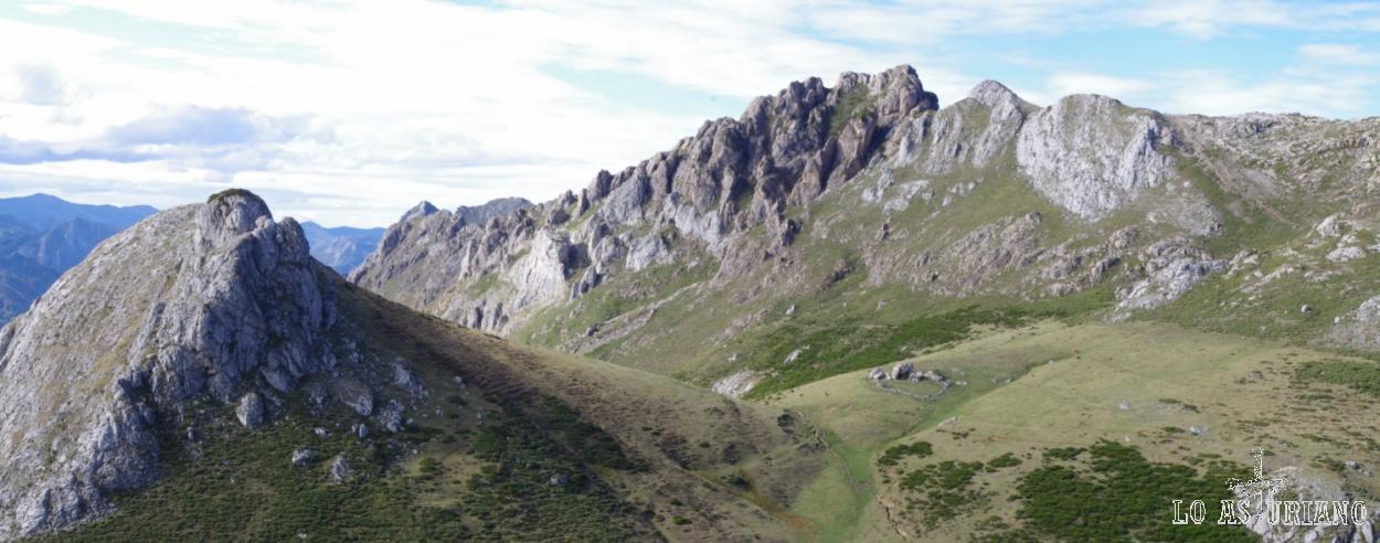 Al fondo, el agreste Cordal del Tarambicu, que nos separa del Valle de Saliencia. Las alturas rondan los 1850-1900 msnm.