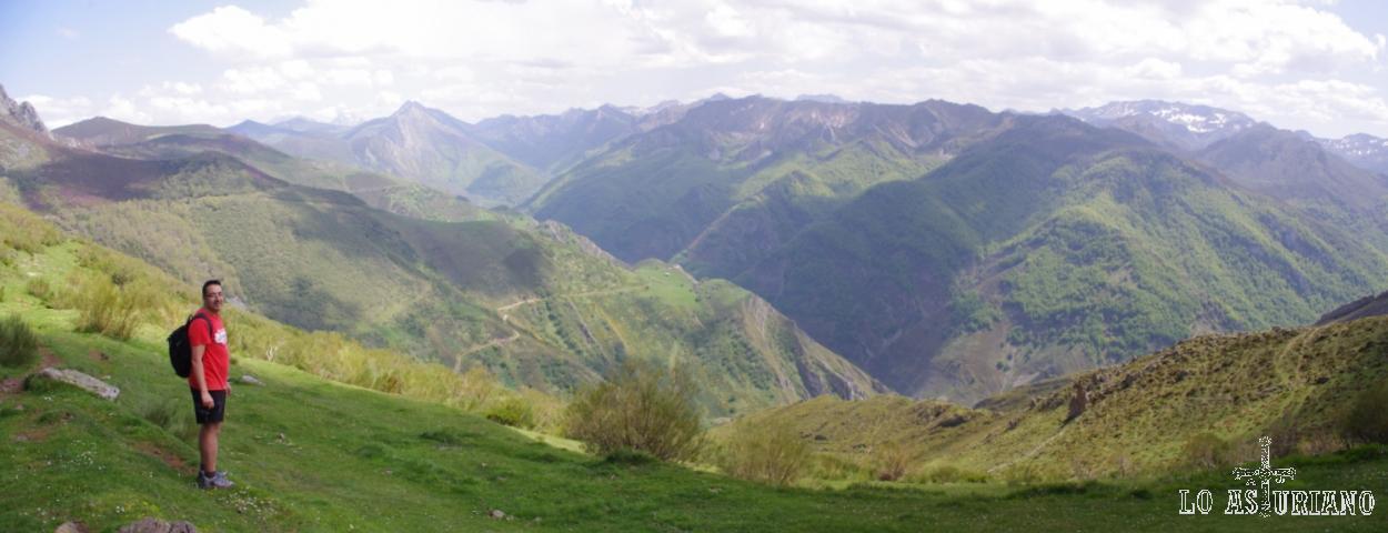 Vistas del alto valle de Saliencia, con los Bígaros, la Farrapona o Peña Chana al fondo.