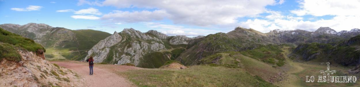 A la izquierda, volvemos a ver las laderas por donde sube la carreterita hacia el alto de la Farrapona.