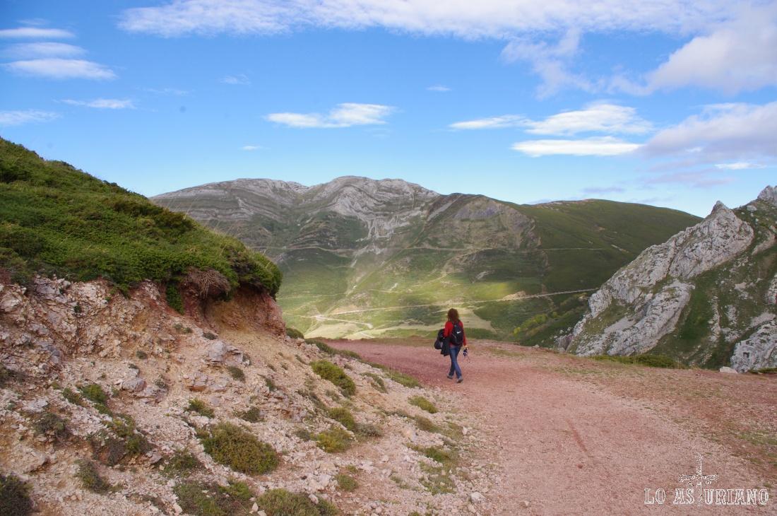 Al fondo, las laderas de los Bígaros y el Muñón, por donde sube la carretera por donde vinimos.