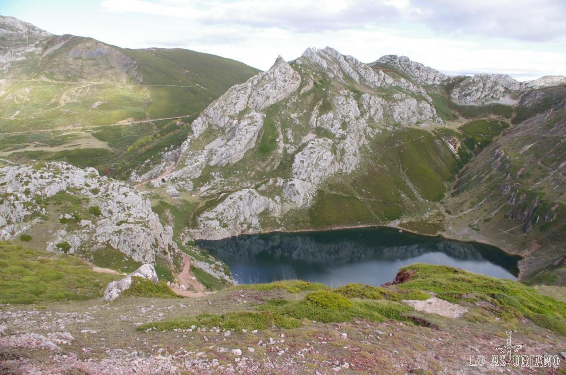 La Farrapona al fondo, con el Lago de la Cueva en primer término.