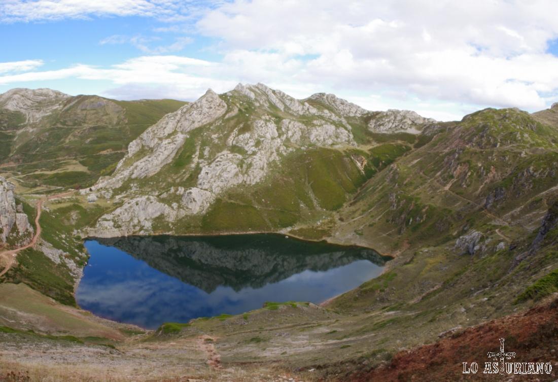 Lago de la Cueva: situado a 1504 msnm de altura, su longitud es de 360 m y su ancho 240 m.
