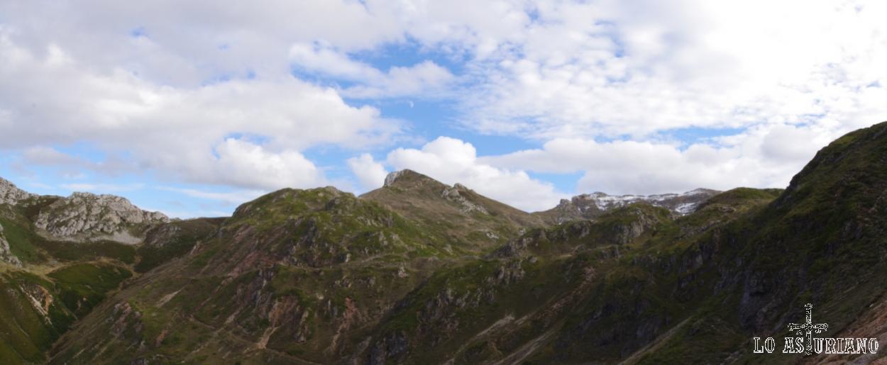 Collada de la Forcada y cimas sobre el Lago de la Cueva.