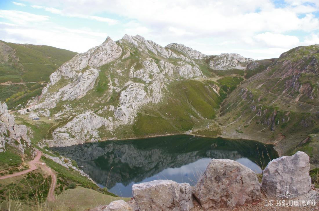 Situado a 1504 msnm de altura, el Lago de la Cueva, tiene una longitud es de 360 m y un ancho de 240 m.