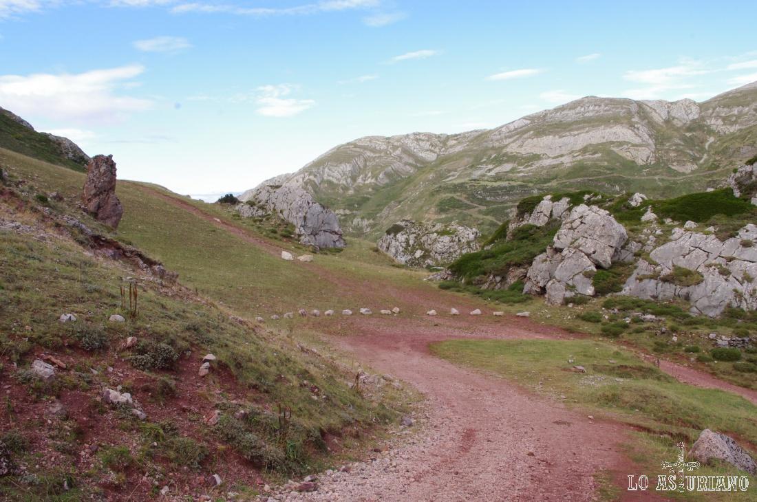Antiguamente, la mina de hierro que está en estas laderas, estaba en uso, y por ello, el color rojizo del camino.