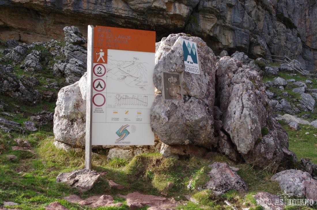 Panel explicativo sobre la ruta de los lagos de Saliencia al lado del lago de la Cueva.