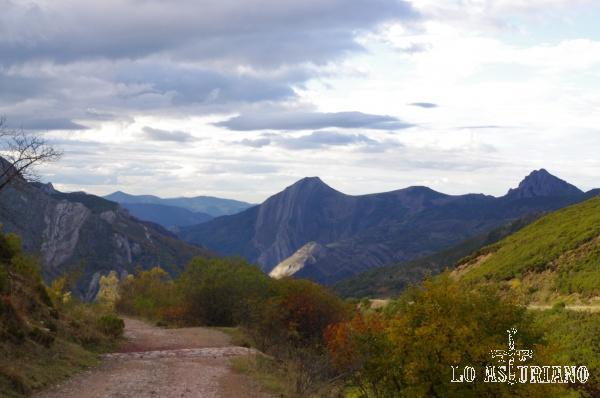 Desde la Farrapona, bajamos dirección a los lagos de Saliencia, con el valle al fondo. Esta senda te puede llegar a conducir hasta el valle contiguo, el hermosísimo Valle del Lago.