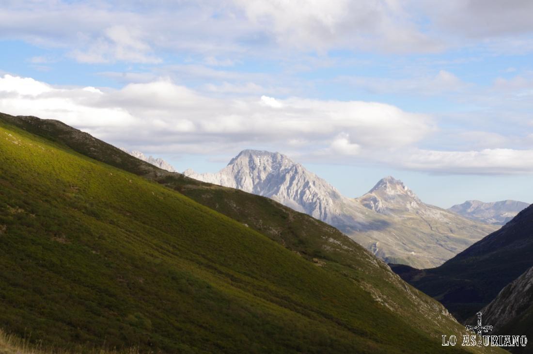 Al fondo Las Ubiñas: a la izquierda, la Ubiña Grande, con 2417 msmm y a la derecha, la Ubiña Pequeña, con 2197 msnm.
