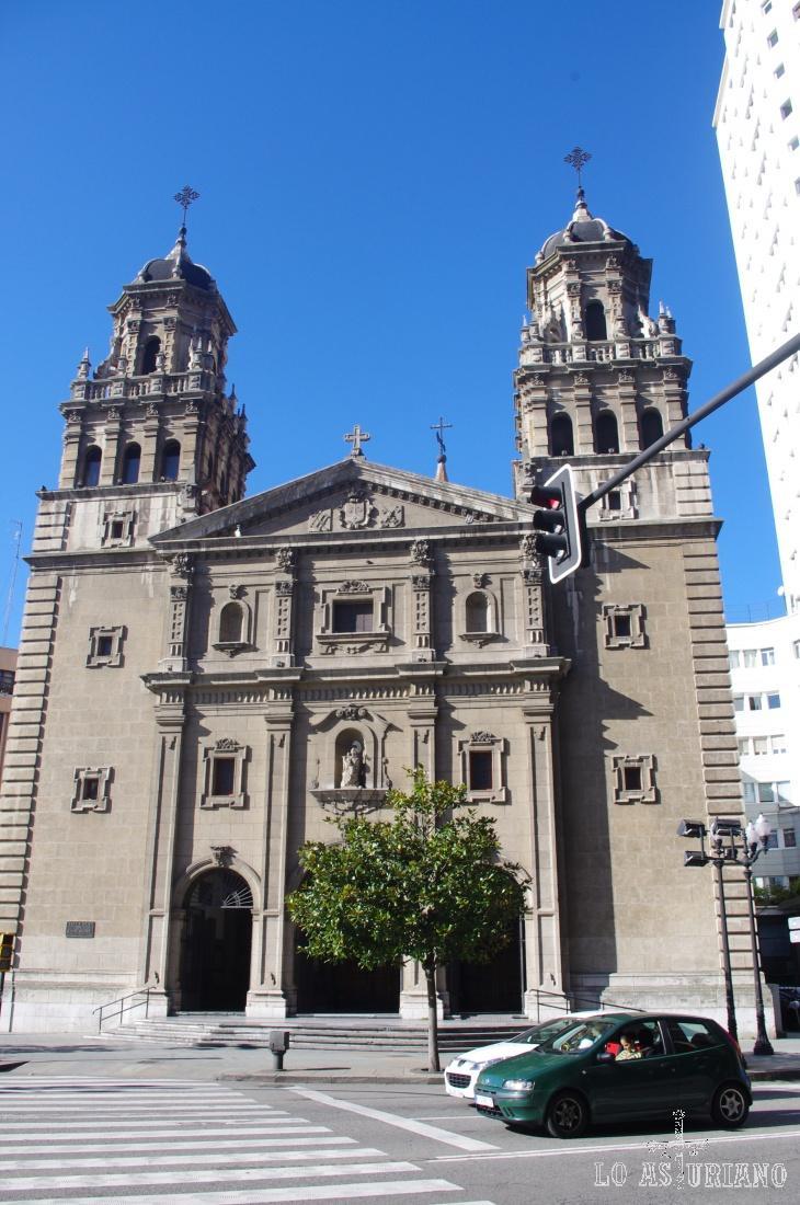 La iglesia de San José de Gijón, está construida sobre la base de la original, arrasada durante la Guerra Civil española.  Está compuesta, a lo largo, por pórtico, naves, crucero y presbiterio.