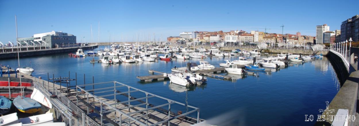 Panorámica del Puerto Deportivo de Gijón.