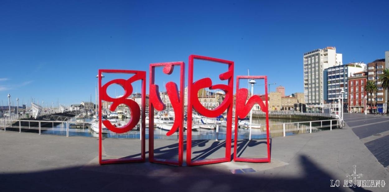 Panorámica del logo de Gijón, en el puerto deportivo de Gijón.