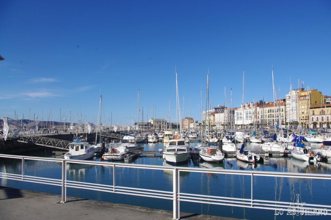 El puerto deportivo de Gijón, tiene 780 amarres, y está reconocido internacionalmente para el desarrollo de regatas.