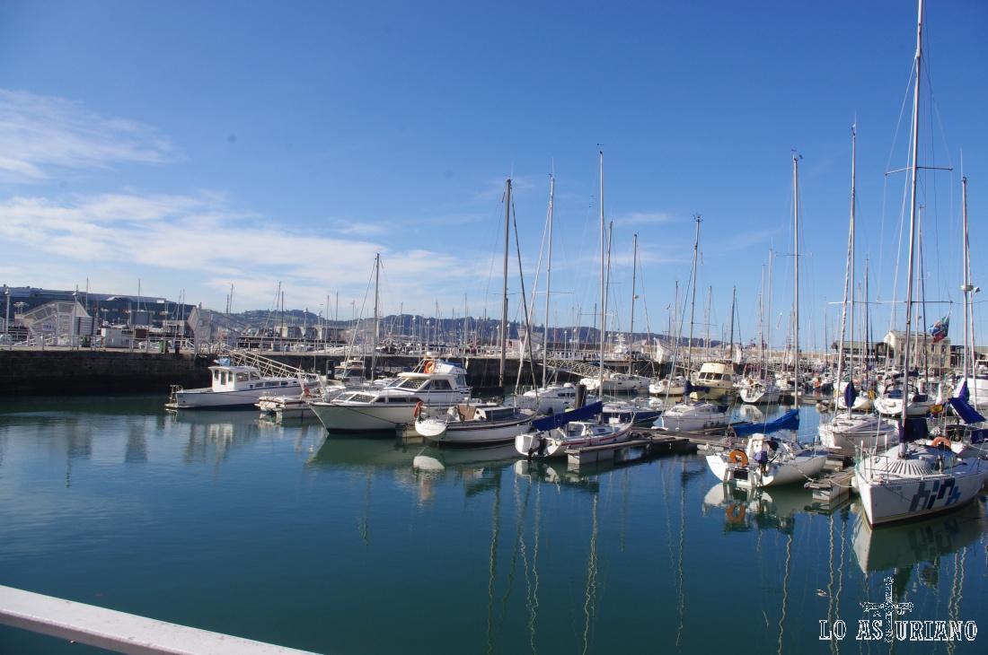 El Puerto Deportivo de Gijón tiene la concesión de la bandera azul, año a año, desde 1996.