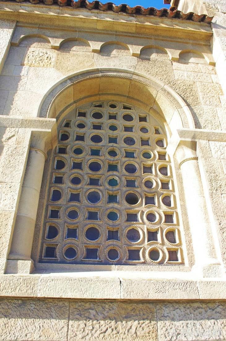 Detalle de una ventana trasera de la iglesia de San Pedro, en Gijón.